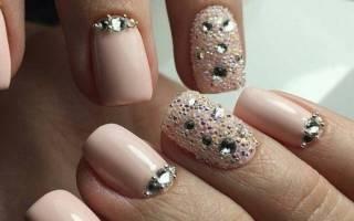 Как красиво выложить стразы на ногтях?