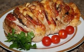 Гармошка из свинины в духовке в фольге, мясо книжка с сыром и помидорами
