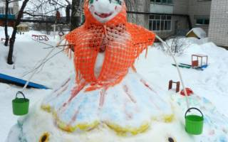 Фото снеговика из снега, дети в восторге