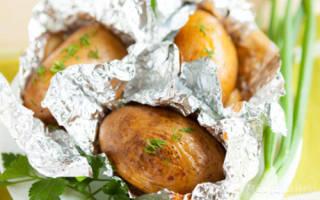 Картофель печеный в духовке в фольге, запеченная картошка с