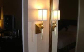 Можно ли вешать зеркало напротив двери, что повесить на стену в коридоре?